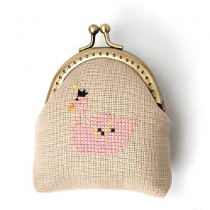 Внешний вид упаковки Розовый лебедь Набор для вышивания кошелька XIU Crafts 2860403