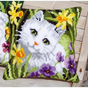 Белый кот в нарциссах Набор для вышивания подушки VERVACO